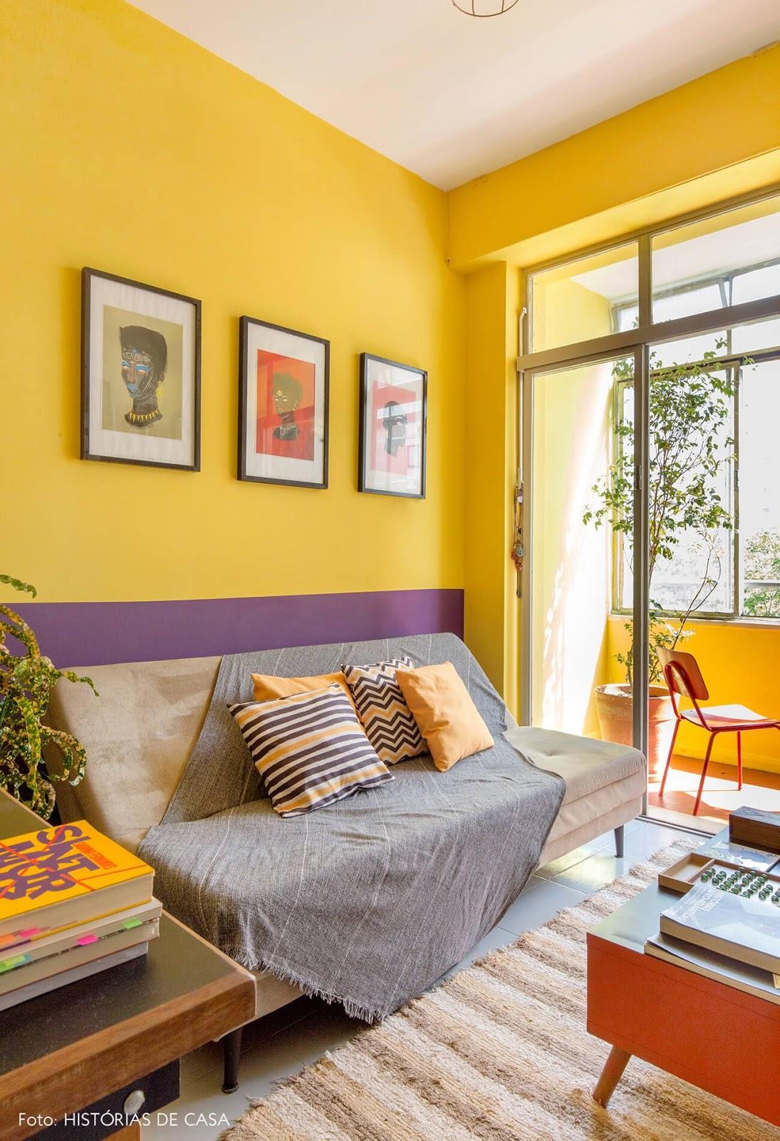 sala colorida roxo e amarelo