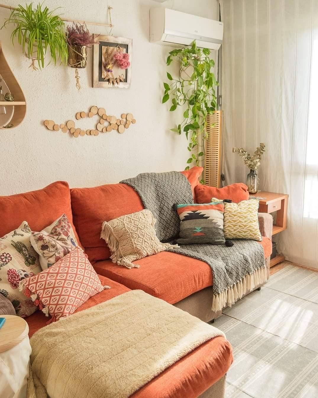 sala com plantas decoração colorida sofá laranja