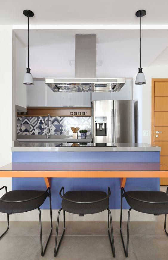 cozinha integrada decoração azul e laranja