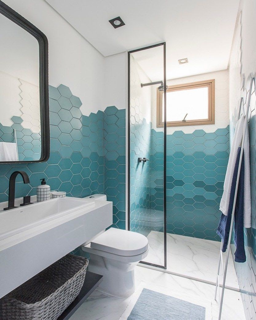 banheiro revestimento hexagonal degradê azul verde
