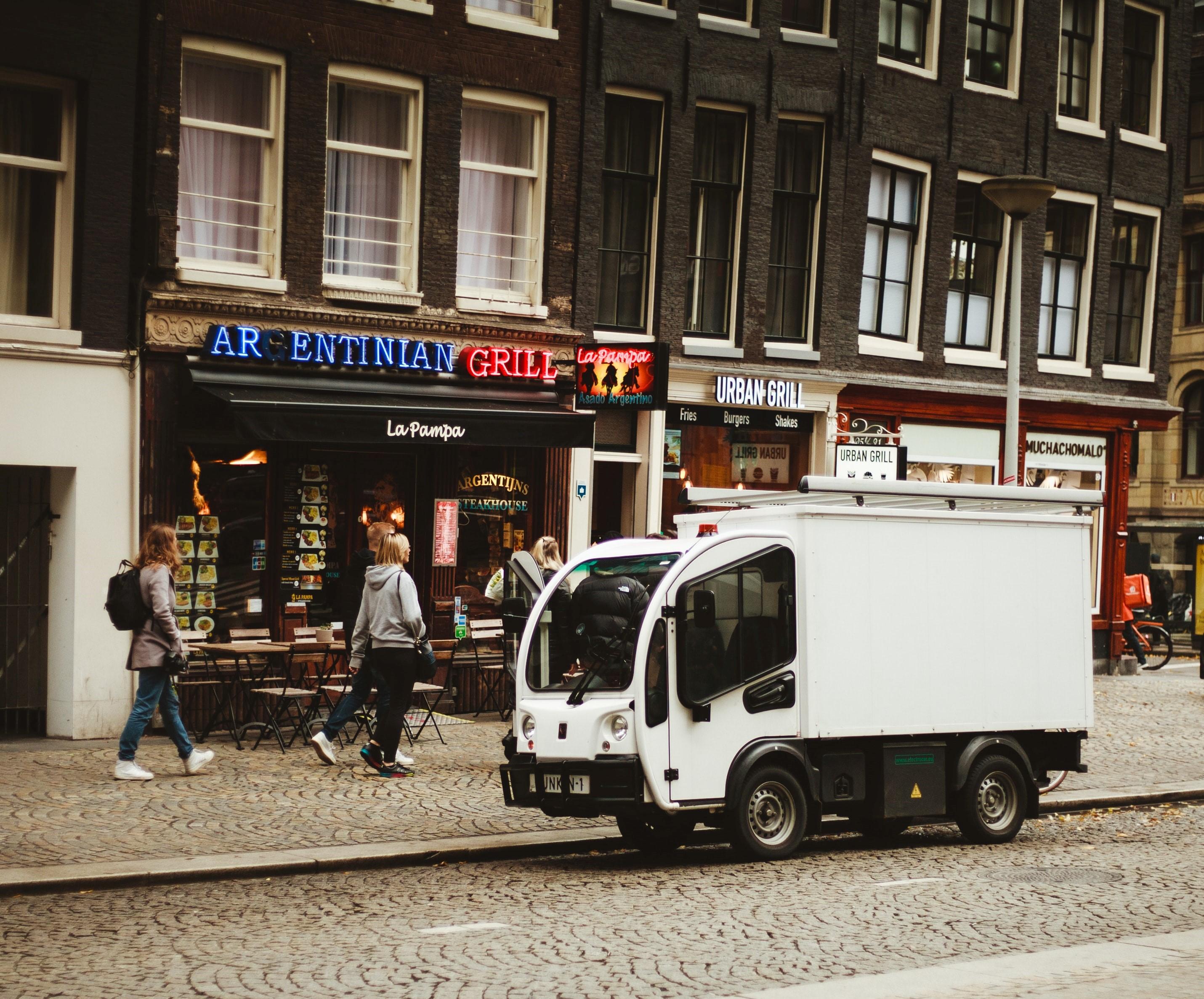 Un véhicule léger devant un restaurant