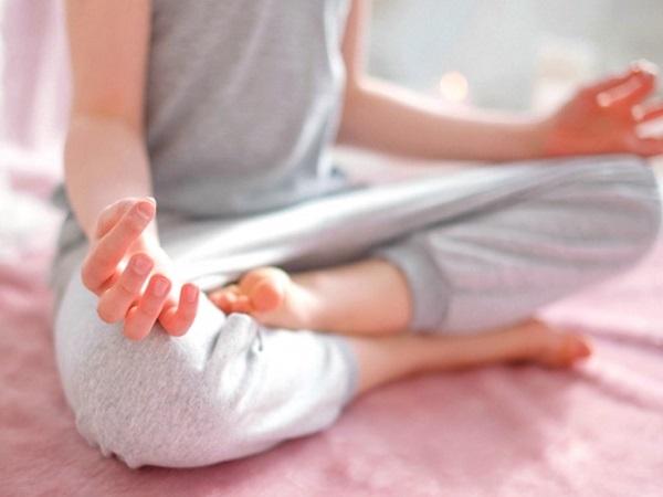 Căng thẳng chính là một trong những nguyên nhân gây chậm kinh. Chị em có thể hực hiện các bài tập thư giãn giúp giảm căng thẳng, mệt mỏi.