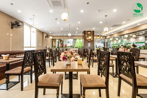 Nhà hàng được thiết kế sang trọng, với thực đơn phong phú dành riêng cho từng nhóm khách hàng.