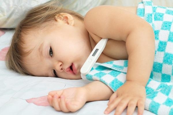 trẻ mọc răng thường bị sốt nhẹ khoảng 38,5 độ C