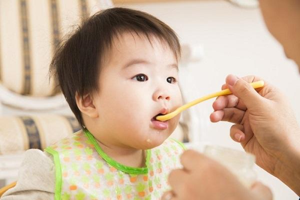 bổ sung đủ dinh dưỡng cho trẻ sốt mọc răng