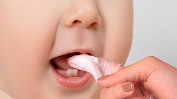 Vế sinh răng miệng sạch sẽ khi trẻ mọc răng