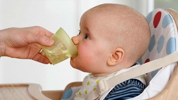 trẻ sốt mọc răng không nên cho uống thuốc hạ sốt khi nhiệt độ của bé dưới 38,5 độ C