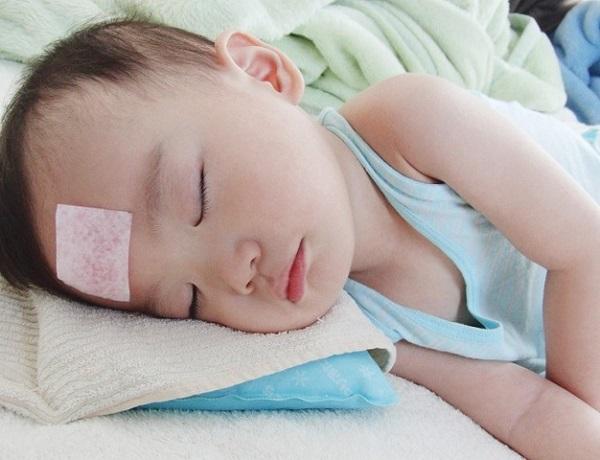 có nên sử dụng miếng dán hạ sốt khi trẻ bị sốt mọc răng không