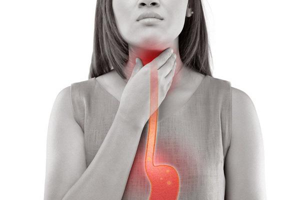 Ợ hơi, ợ chua là một triệu chứng thường gặp của bệnh đau dạ dày