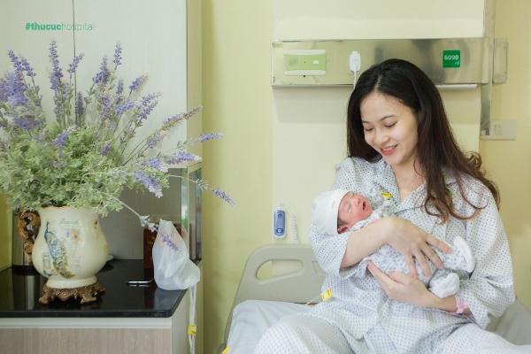 Khi sinh tại Bệnh viện Thu Cúc, mẹ và bé được ghi lại những khoảnh khắc ấn tượng.