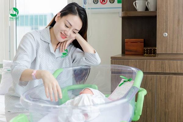 Sau sinh mẹ nên dành nhiều thời gian để nghỉ ngơi
