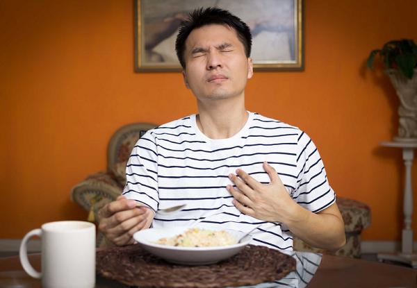 Cảm giác đau tức ngực của chứng trào ngược dễ bị nhầm sang bệnh lý tim mạch