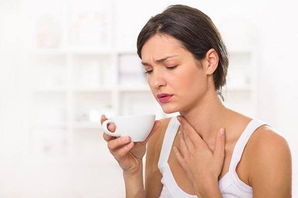Khàn giọng và ho cũng là triệu chứng thường thấy của bệnh trào ngược dạ dày