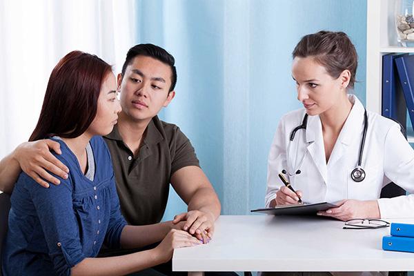 Việc đi khám hiếm muộn là cần thiết, tuân thủ theo các hướng dẫn của bác sĩ