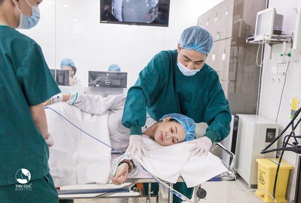 Người bệnh được hướng dẫn nằm nghiêng sang bên trái khi thực hiện nội soi
