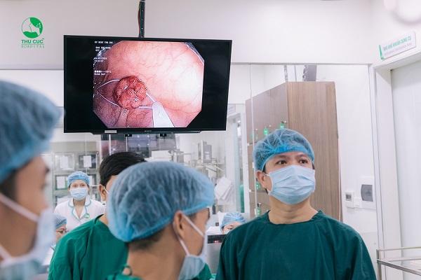 Bác sĩ tiến hành cắt polyp đại tràng trong quá trình nội soi đại tràng