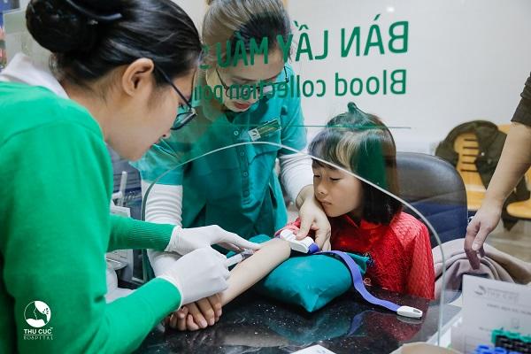 Xét nghiệm máu tại Thu Cúc trẻ ít đau, không sợ hãi, các kỹ thuật viên thao tác nhẹ nhàng và chăm sóc con rất chu đáo