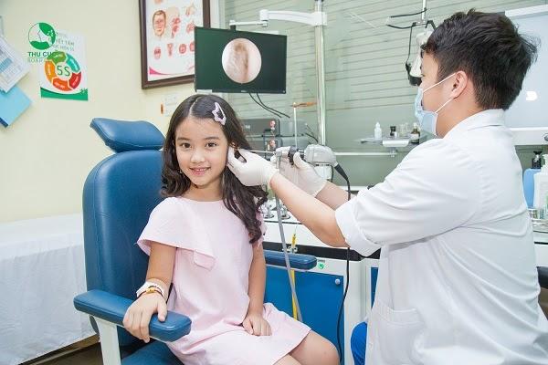 Khi trẻ ốm, ba mẹ nên cho con đi thăm khám sớm với bác sĩ Nhi khoa