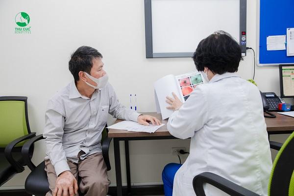 Người bệnh đọc kết quả nội soi dạ dày cùng bác sĩ