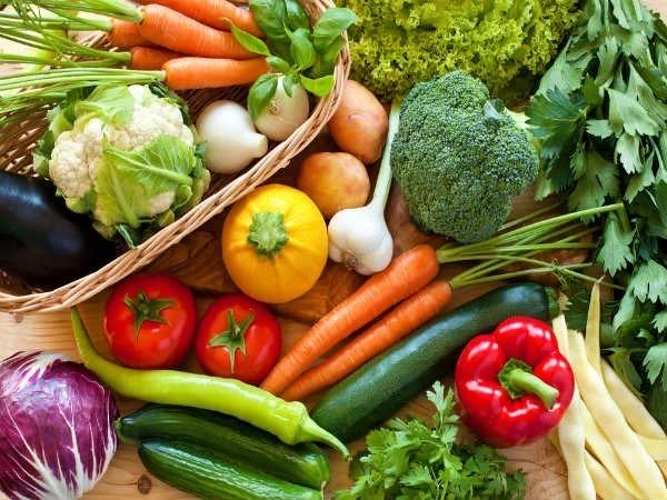 Rau xanh và trái cây tươi chứa rất nhiều vitamin và khoáng chất cho cơ thể.