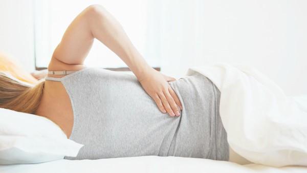 Một số triệu chứng của ung thư cổ tử cung bao gồm chảy máu âm đạo bất thường, đau lưng, đau vùng xương chậu...