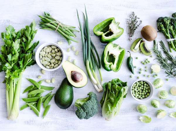Các loại rau xanh lá đậm cũng là nguồn bổ sung Canxi tốt cho mẹ bầu.