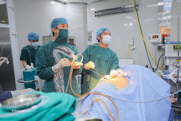 Đội ngũ bác sĩ của bệnh viện ĐKQT Thu Cúc đang tán sỏi cho bệnh nhân
