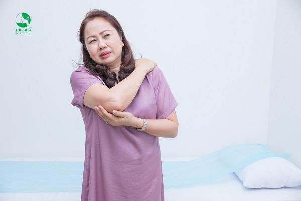 Thoái hóa đốt sống cổ gây đau nhức, khó chịu vùng cổ và có thể kéo sang các vùng xung xung quanh như vai, cánh tay, ngón tay, đau đầu, ...