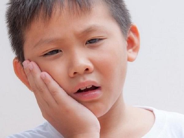 Nhiệt miệng gây loét niêm mạc miệng có thể bị sưng, nóng đỏ. Người bệnh hoặc trẻ nhỏ có thể bị sốt (nhẹ hoặc sốt cao), nổi hạch góc hàm, ăn uống khó khăn.