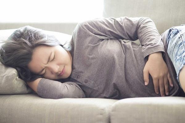 Rỉ ối có thể đi kèm các hiện tượng sốt, đau vùng tử cung, tim đập nhanh, sụt cân..