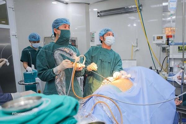Bác sĩ đang áp dụng phương pháp tán sỏi công nghệ cao điều trị sỏi tiết niệu