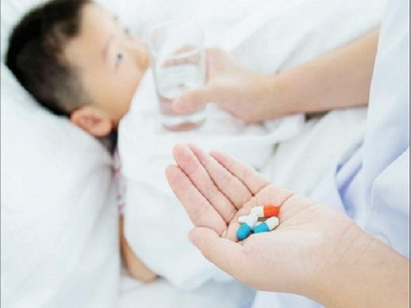 """cho con uống thuốc kháng sinh khi bé bị sốt siêu vi việc làm này có thể """"sai một ly đi một dặm"""" khiến bé đối mặt với nhiều nguy hiểm."""