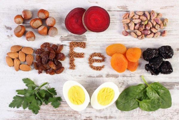 Ngoài các loại thịt đỏ thì rau bina, củ dền, lòng đỏ trứng, các loại hạt như hạnh nhân, hạt dẻ,.. là nguồn bổ sung sắt tự nhiên vô cùng phong phú