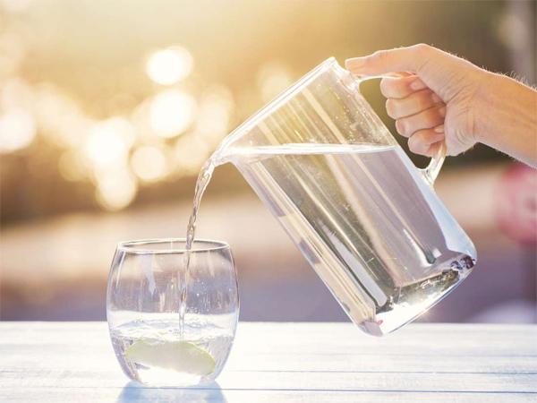 Uống không đủ nước là một trong những nguyên nhân phổ biến gây táo bón