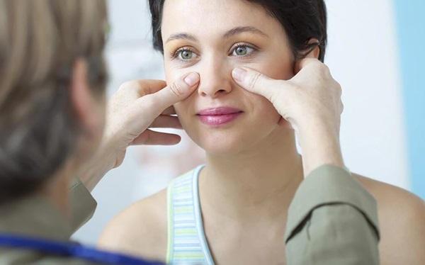 Đau nhức vùng mặt là một trong những triệu chứng điển hình của viêm xoang
