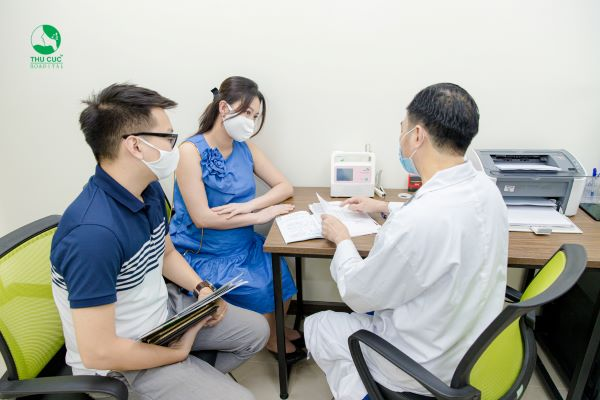 Thăm khám định kỳ đầy đủ để bác sĩ theo dõi sát sao tình hình sức khỏe ba mẹ con.