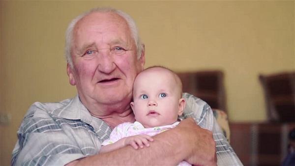 Người già và trẻ nhỏ là đối tượng có nguy cơ cao mắc nứt kẽ hậu môn