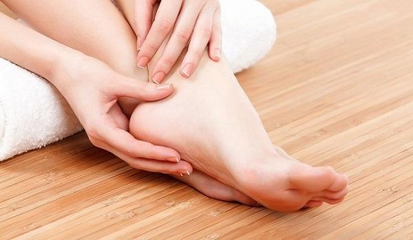 Phù nề mắt cá chân là một dấu hiệu của hội chứng thận hư