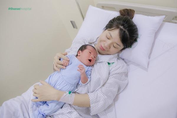 Mẹ cần theo dõi sát sao để có thể tìm ra nguyên nhân khiến trẻ bị trớ sữa