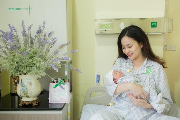Khi trẻ bị trớ sữa, mẹ cần theo dõi sát các biểu hiện để đề phòng các nguy cơ tiềm ẩn cho con