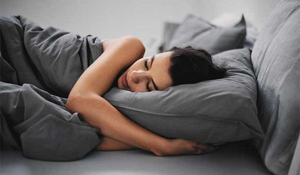 Ngủ đủ giấc, sâu giấc giúp cơ thể nghỉ ngơi, giảm mệt mỏi và đau bụng kinh
