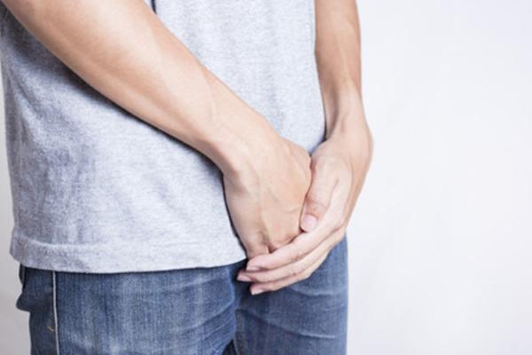 Nếu chồng mắc các bệnh viêm nhiễm, khi quan hệ phải dùng bao cao su để ngăn lây bệnh.
