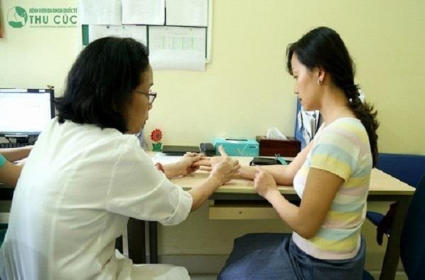 Điều trị lột da tay như thế nào