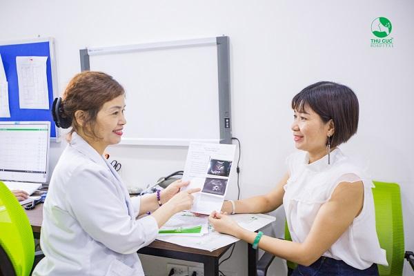 Bác sĩ tư vấn kết quả cho khách hàng tại Bệnh viện ĐKQT Thu Cúc