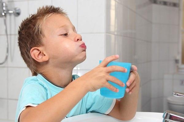Súc miệng thường xuyên bằng nước muối va dung dịch sát khuẩn giúp phòng ngừa và cải thiện tình trạng ho, ngứa họng