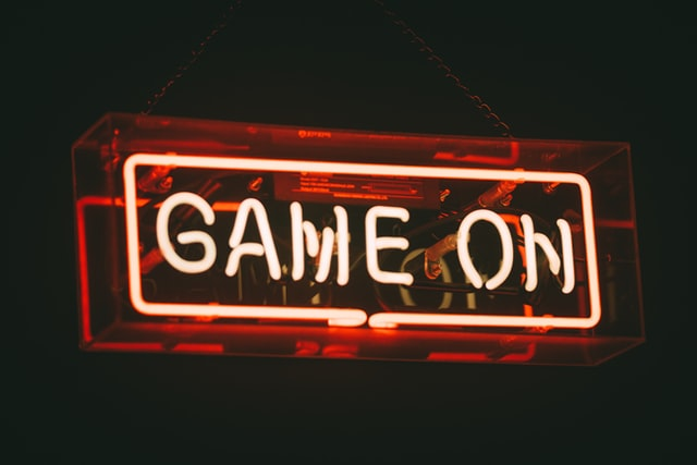 Imagen con un cartel rectangular en neón. Se puede leer: GAME ON.