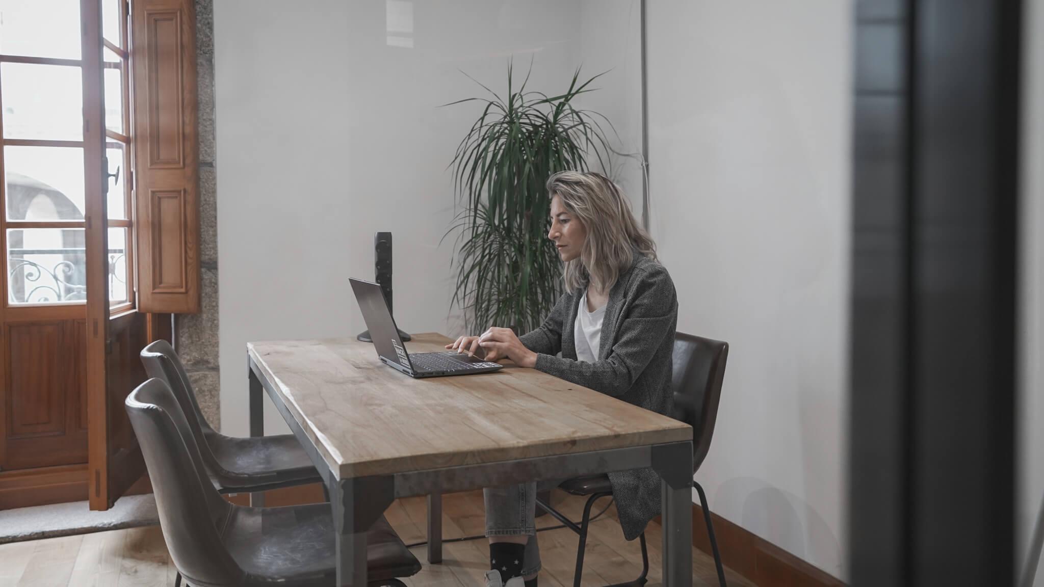 Una de las compañeras de HACK A BOSS trabajando en remoto.