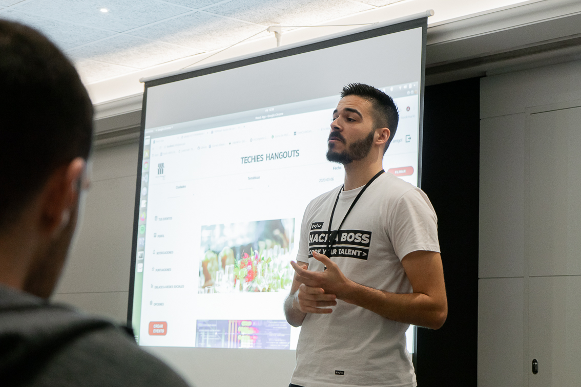 Alejandro Castro Alarcon, alumni, presentando su proyecto en el Hacking Day.
