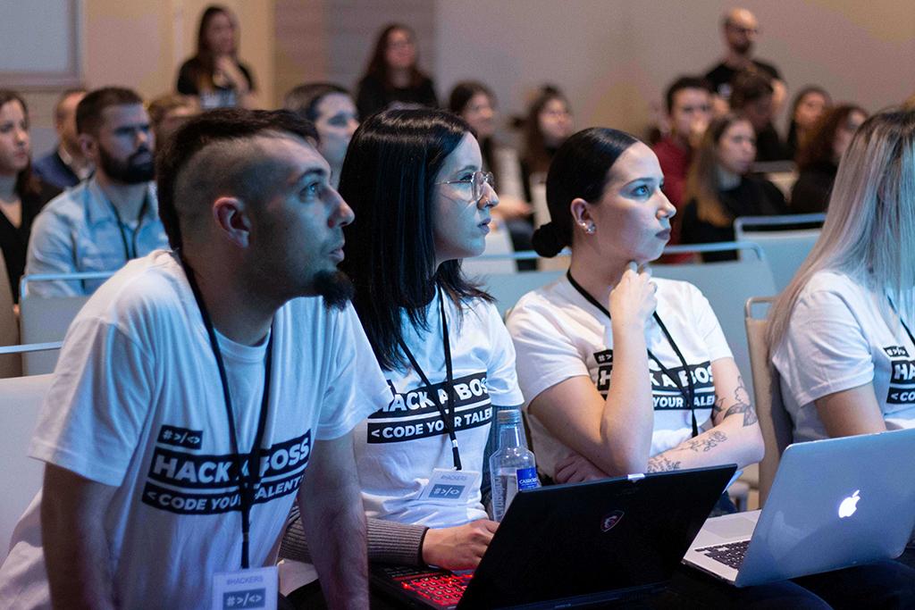 Alumnos y alumnas de HACK A BOSS durante la presentacion del Hacking Day.