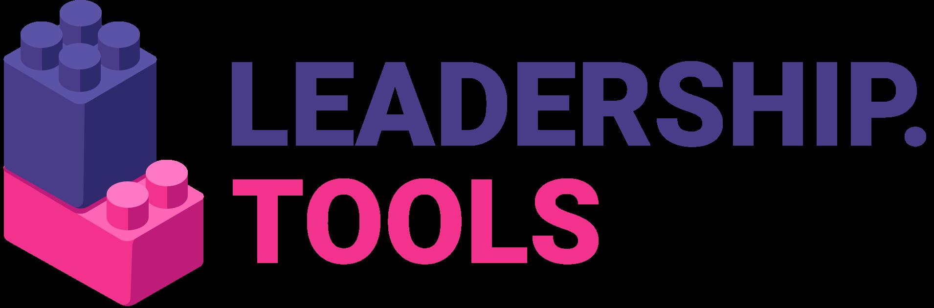 Esta imagem é a logo do projeto. Está escrito Leadership Tools (Que em português significa ferramentas de liderança). A marca é roxa e rosa,  o simbolo são duas pecinhas de LEGO montadas em formato de escada.
